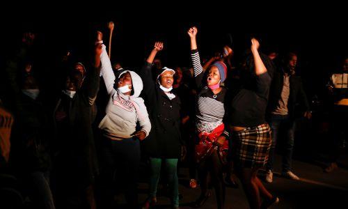 Przed dom Zumy w Nkandli 7 lipca przyszły też kobiety, by okazać solidarność z oskarżonym. Fot. ROGAN WARD/Reuters/Forum