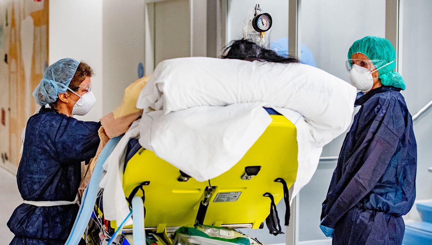 Łączna liczba osób, u których stwierdzono do tej pory zakażenie koronawirusem, wynosi w Holandii 7431 (fot. Robin Utrecht/SOPA Images/LightRocket via Getty Images)