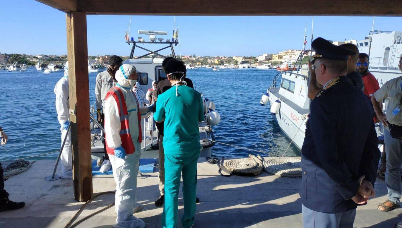 Na ląd sprowadzono w sobotę 27 nieletnich bez opieki (fot. arch.PAP/EPA/Concetta Rizzo)
