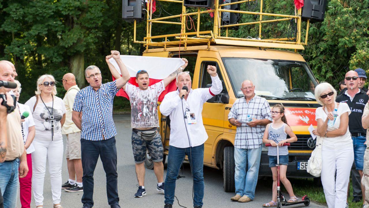 Protestujący przed domem Władysława Frasyniuka we Wrocławiu (fot. PAP/Maciej Kulczyński)