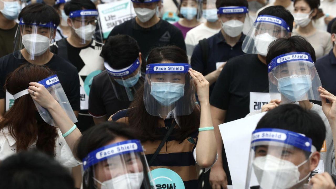 W Korei Południowej wykonano prawie 1,9 tys. testów potwierdzających obecność koronawirusa u osób bezobjawowych oraz chorujących na COVID-19 (fot. Chung Sung-Jun/Getty Images)