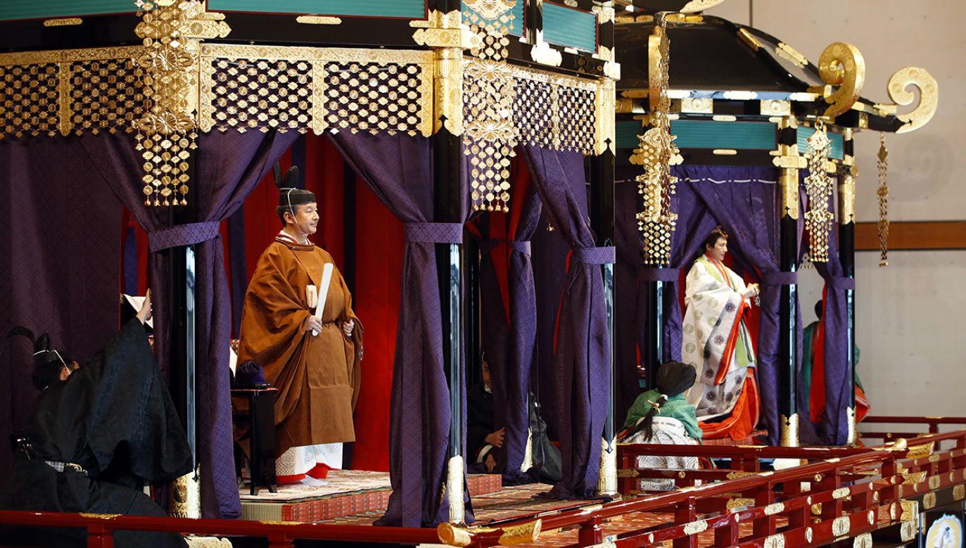 Japoński cesarz Naruhito i cesarzowa Masako uczestniczą w ceremonii intronizacji w Pałacu Cesarskim w Tokio (fot. PAP/EPA/JAPAN POOL)