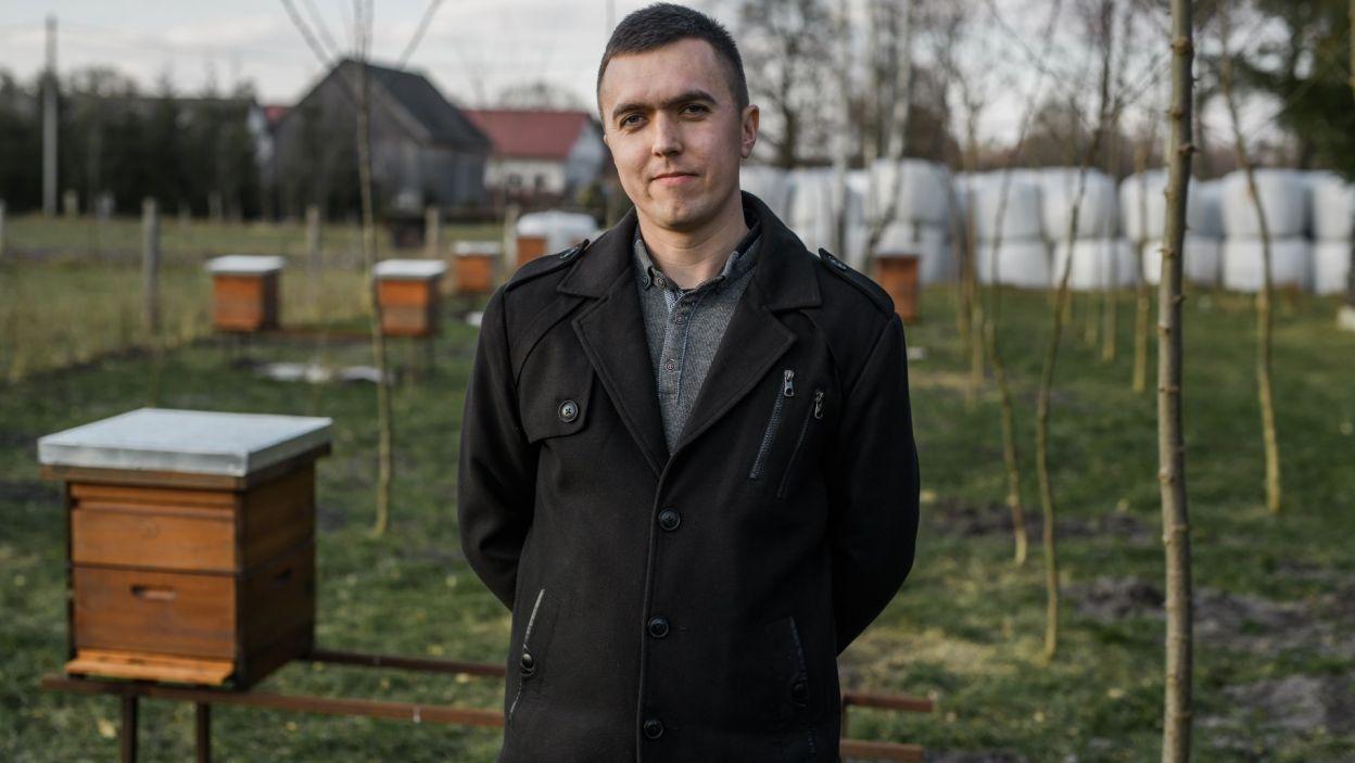 Emil (31 l.) wraz z rodzicami prowadzi gospodarstwo i zajmuje się hodowlą krów mlecznych. Jego pasją jest hodowla pszczół, dlatego ma własną pasiekę. Wolny czas poświęca na taniec, który sprawia mu wiele przyjemności. Chce teraz znaleźć osobę, z którą spędzi swoje życie (fot. TVP)