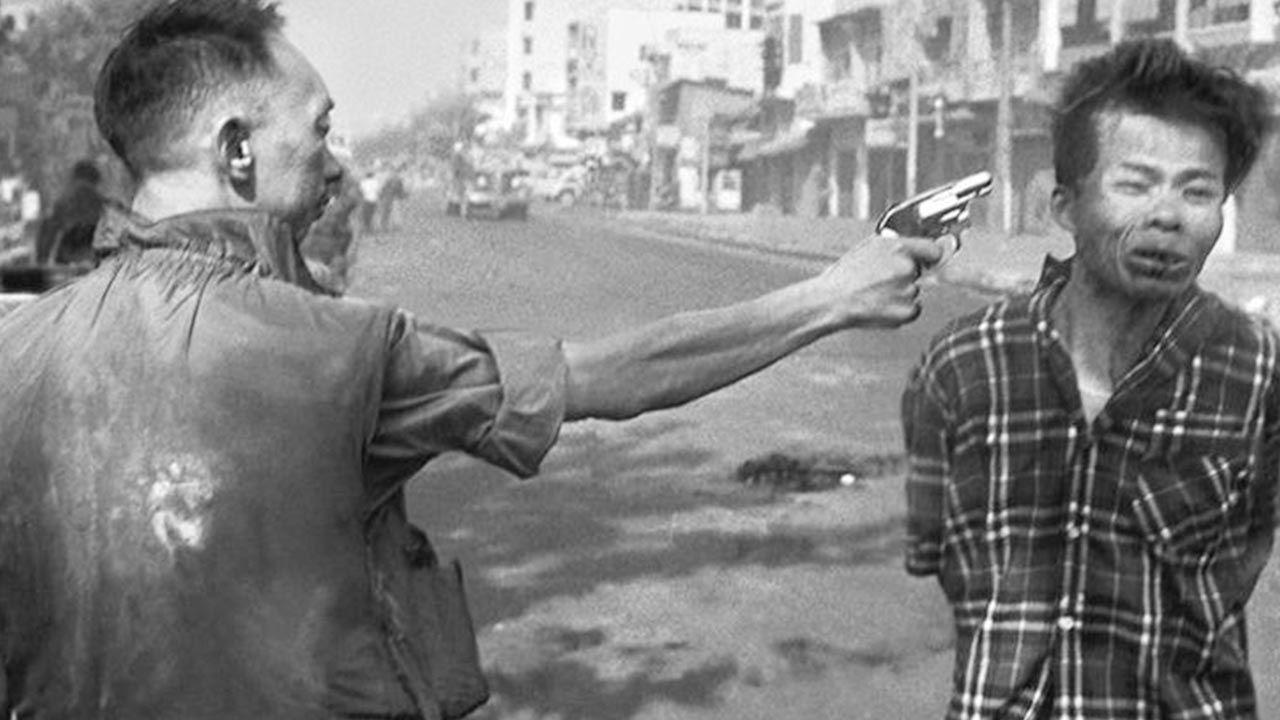 Zdjęcie z egzekucji wykonane przez Eddiego Adamsa w Wietnamie 1 lutego 1968 roku (fot. Wikipedia)