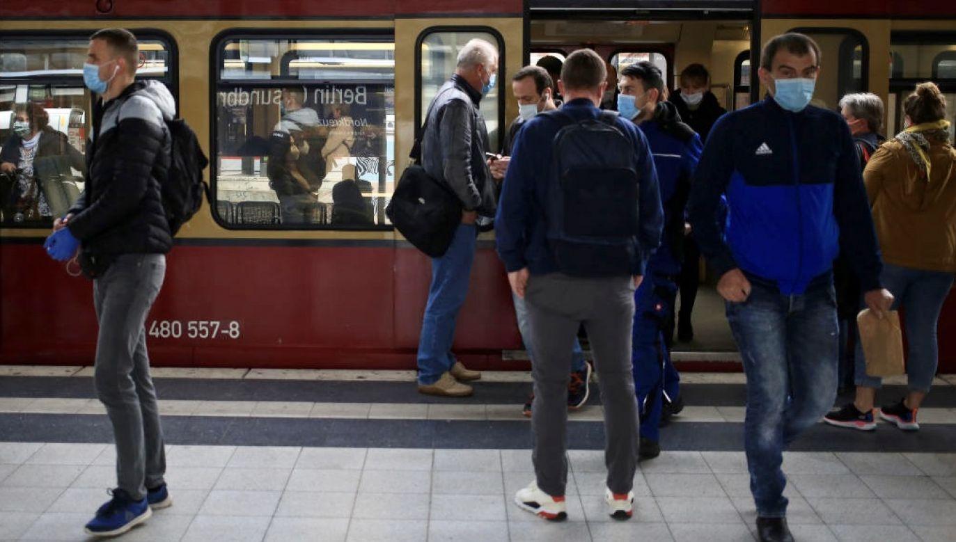 Według cytowanej przez niemiecki tygodnik 48-letniej konduktorki regionalnych pociągów Deutsche Ban w północnych Niemczech, pandemia koronawirusa w połączeniu z wakacjami spowodowała eksplozję agresji wobec pracowników pociągów (fot. Krisztian Bocsi/Bloomberg via Getty Images)