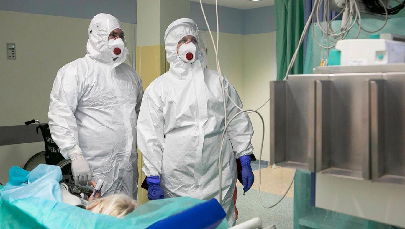 Lekarze, pielęgniarki, ratownicy medyczni odpowiedzieli na apel (fot. PAP/Jacek Szydłowski)