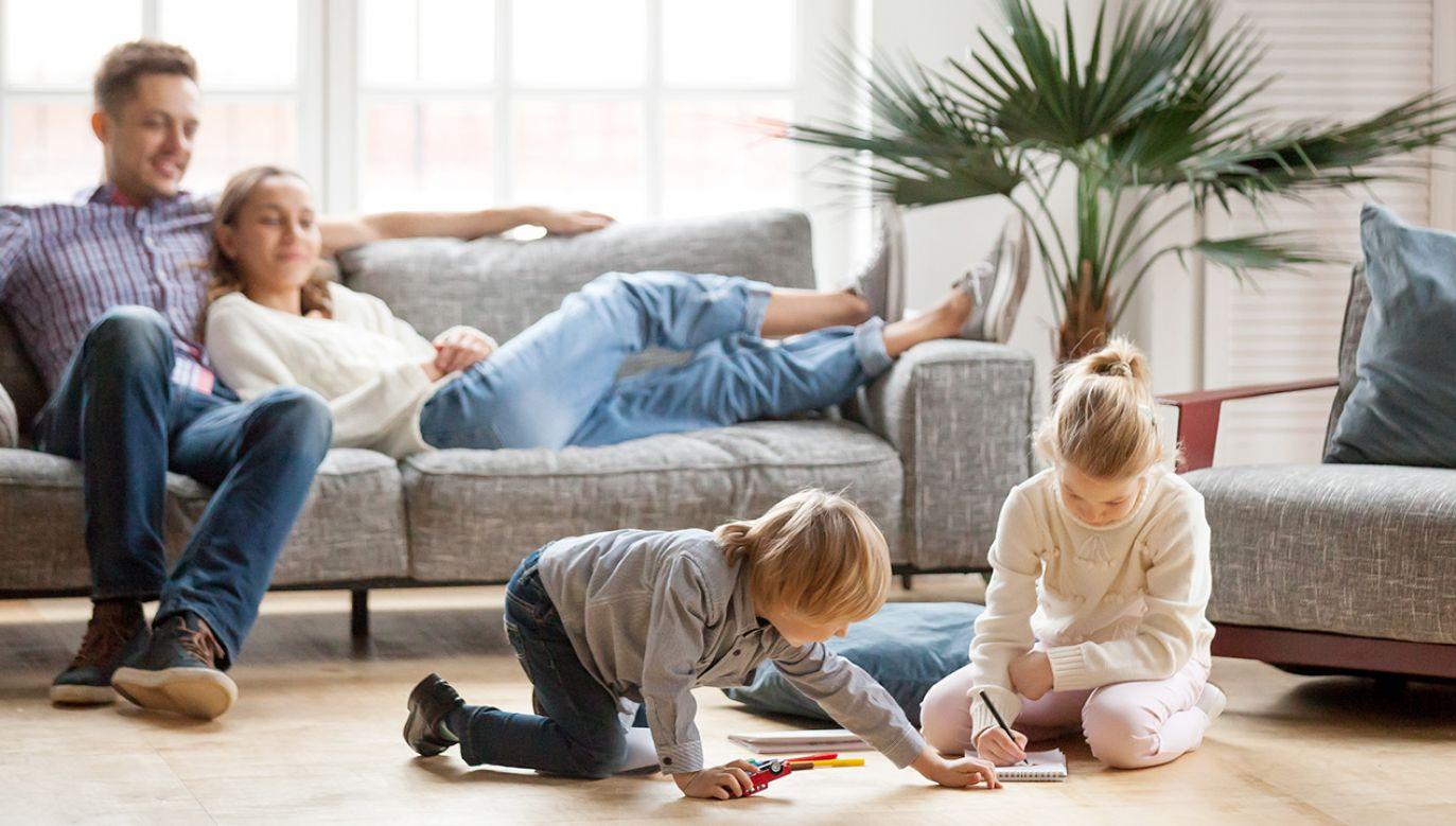 Z tego świadczenia mogą korzystać rodzice i opiekunowie dzieci (fot. Shutterstock/fizkes)