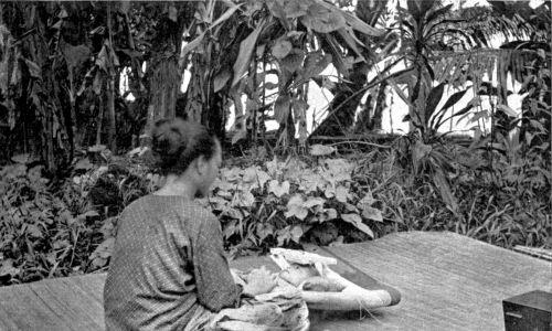 Kiedy dziecko Milanu ma około miesiąca, jego głowa zostaje umieszczona w drewnianym urządzeniu zwanym Tadal, którego zadaniem jest spłaszczenie czoła i jak największe zbliżenie czaszki do kształtu księżyca w pełni. Nacisk jest stosowany tylko wtedy, gdy dziecko śpi. Rok 1912. Fot. Wikimedia