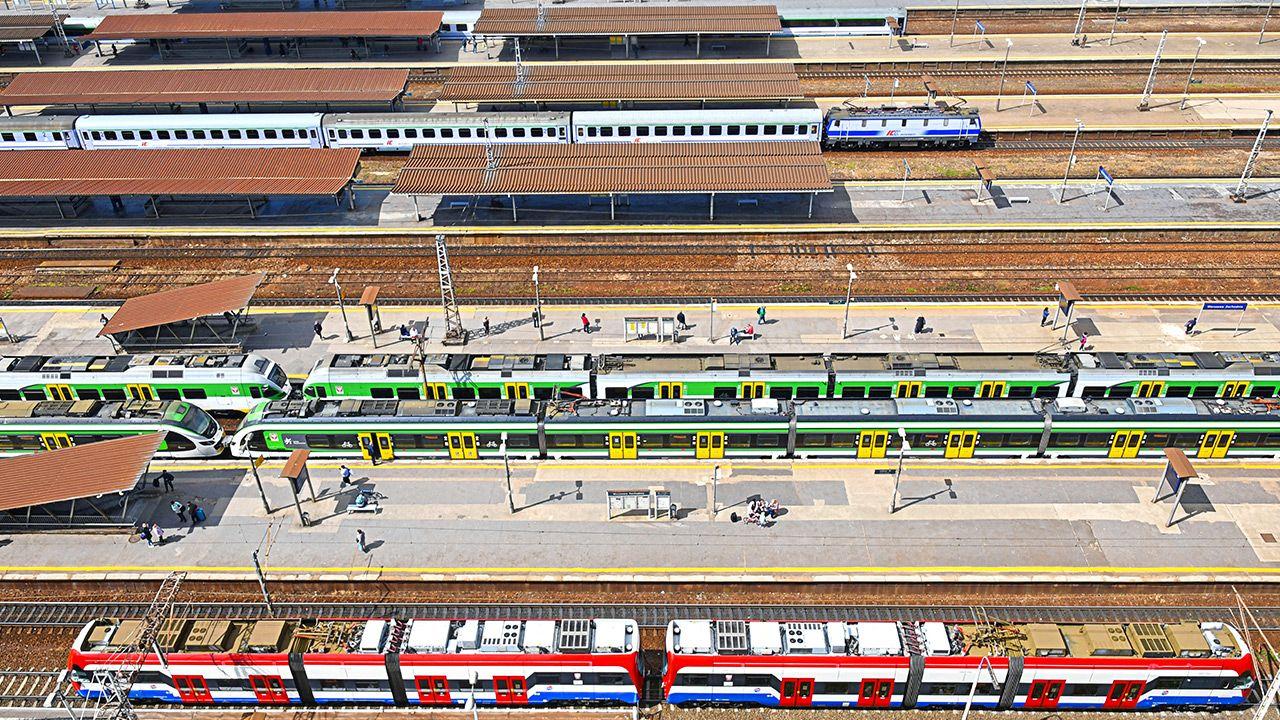 Bieżące informacje na temat zmiany w kursowaniu pociągów są podawane stacjach PKP (fot. Shutterstock)