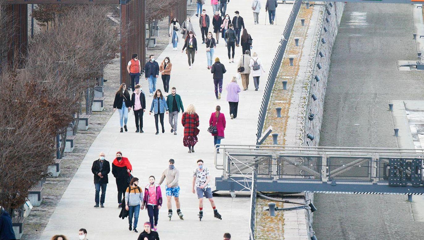 Obowiązek noszenia maseczek również na przestrzeni otwartej (fot.  Jaap Arriens/NurPhoto via Getty Images)