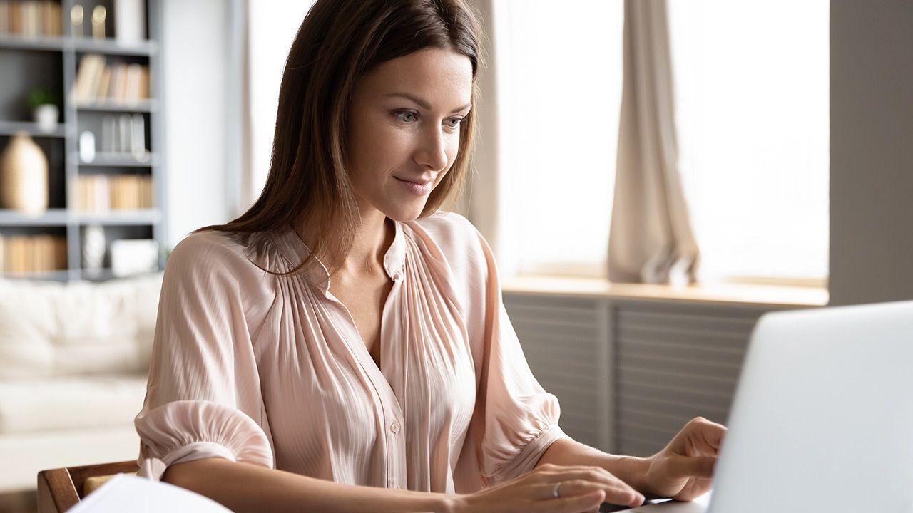 Oszuści wysyłają fałszywe wiadomości podając się za ZUS (fot. Shutterstock/fizkes)