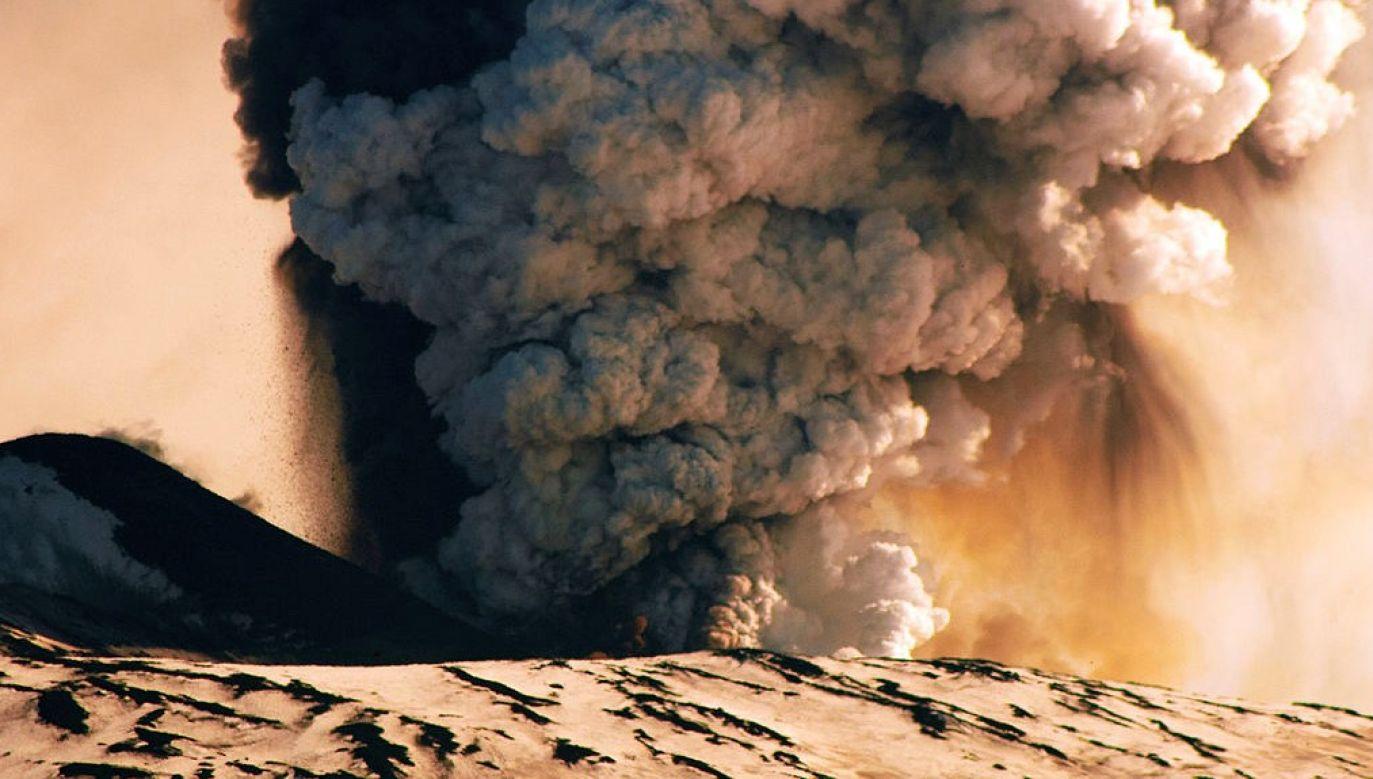 Sycylijski wulkan Etna uaktywnił się w piątek i zaczął emitować popiół wulkaniczny (fot. GettyImages/Roberto Schillaci/zdjęcie ilustracyjne)