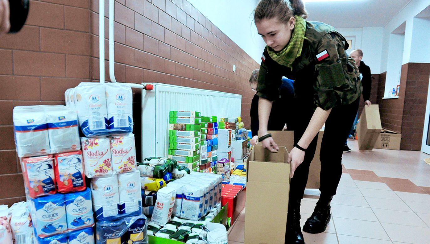 Młodzież zaangażowała się w świąteczną zbiórkę dla weteranów (fot. arch. PAP/Marcin Bieleck)