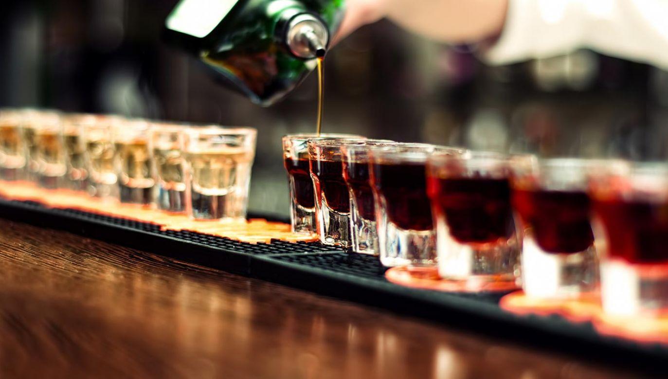 Uszy człowieka wydzielają spożyty przez niego alkohol (fot. Shutterstock/bogdanhoda)