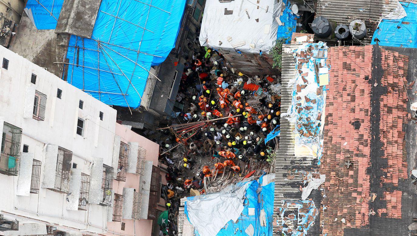 To drugie takie zawalenie się budynku w Bombaju w ciągu dziesięciu dni (fot. PAP/EPA/DIVYAKANT SOLANKI)