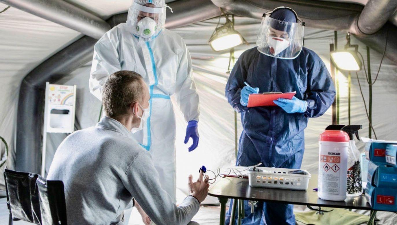 W niektórych sytuacjach jedna zakażona osoba może przenieść infekcję na 5, 10, a nawet 20 osób (fot. Jacek Szydlowski/NurPhoto via Getty Images)