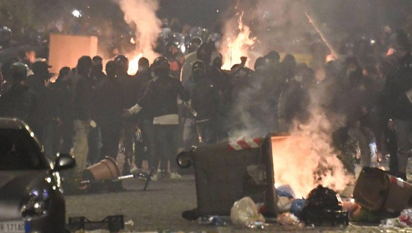 W pierwszych minutach godziny policyjnej niedaleko siedziby władz regionu w Neapolu miała miejsce manifestacja przeciwników restrykcji (fot. PAP/EPA/STRINGER)