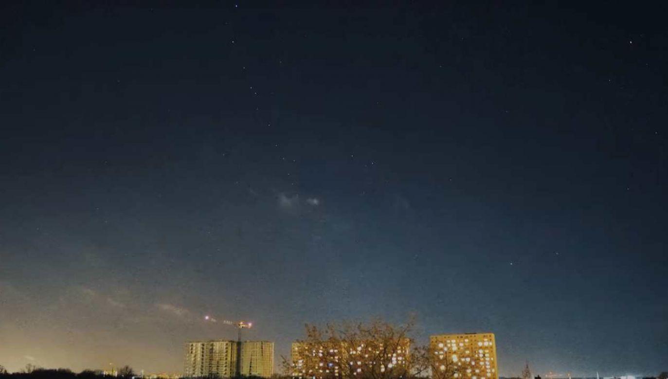 Urządzenia przelatując po nocnym niebie tworzą formację przypominającą gwiezdny pociąg  (fot. You Tube)