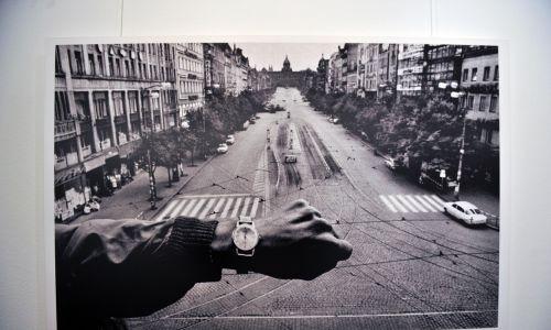 """Zdjęcie Josefa Koudelki z wystawy """"Inwazja na Pragę '68"""", jaką fotograf miał w Moskwie w 2011 roku. Fot. Aleshkovsky Mitya / TASS / Forum"""