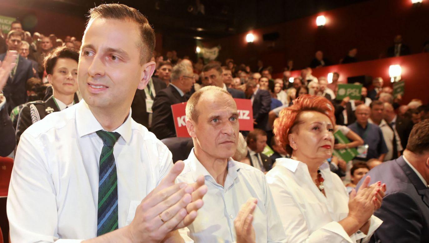 Prezes PSL Władysław Kosiniak-Kamysz oraz lider partii Kukiz'15, Paweł Kukiz podczas krajowej konwencji wyborczej (fot. PAP/Piotr Augustyniak)
