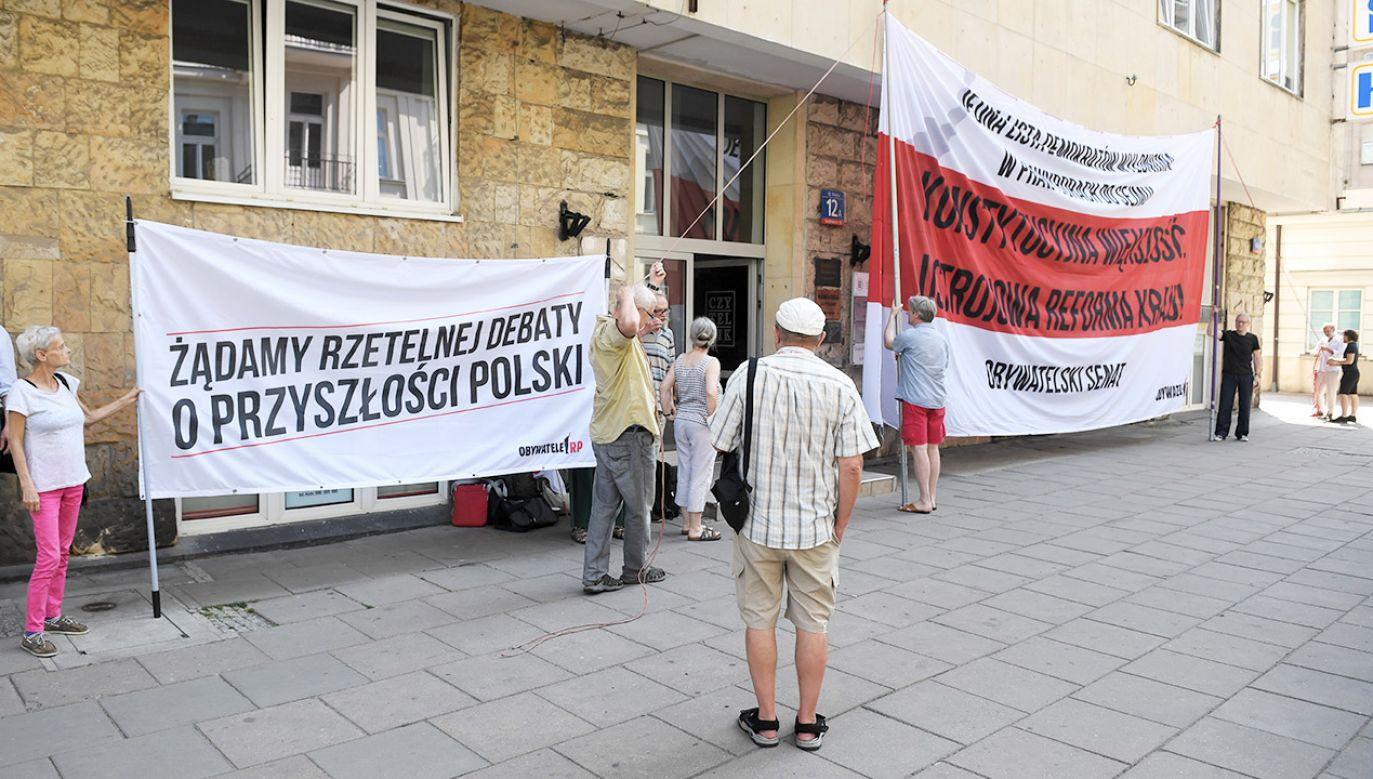 Pikiety mają odbyć się również przed siedzibami PSL i Nowoczesnej (fot. PAP/Radek Pietruszka)