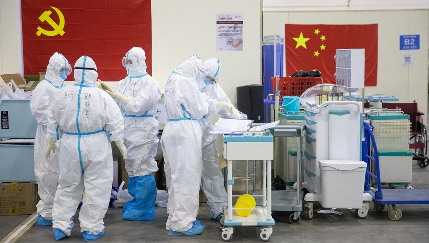 Koronawirusem zaraziło się blisko 2 tys. pracowników szpitali (fot. PAP/EPA/STRINGER)