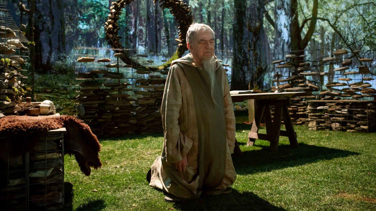 Ojciec Scholastyk, pustelnik (w tej roli Jerzy Trela), odmawia im pomocy...  (fot. Sylwia Penc)
