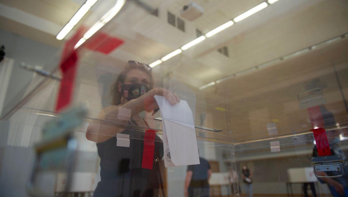 Dwie osoby z rodziny zarażonej kobiety również pracowały w komisjach wyborczych tego dnia (fot. Aleksander Kalka/NurPhoto via Getty Images)