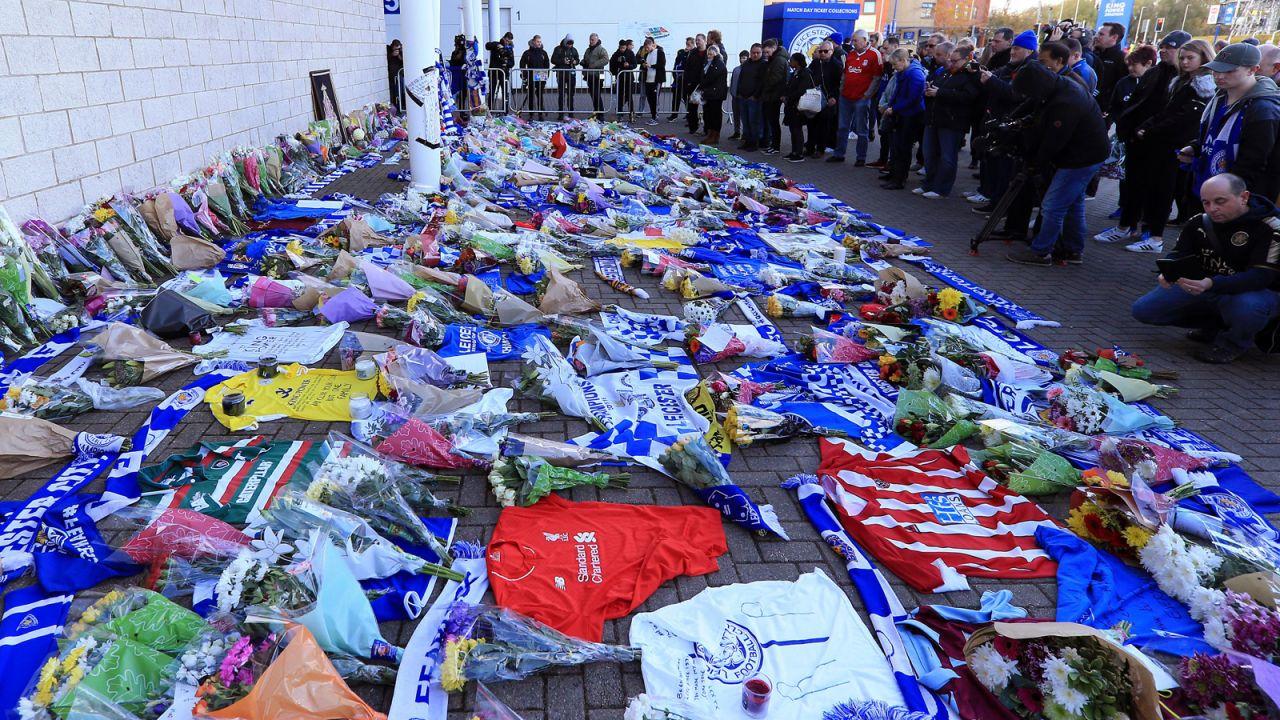 Kwiaty na King Power Stadium w Leicester po katastrofie śmigłowca (fot. Stephen Pond/Getty Images)