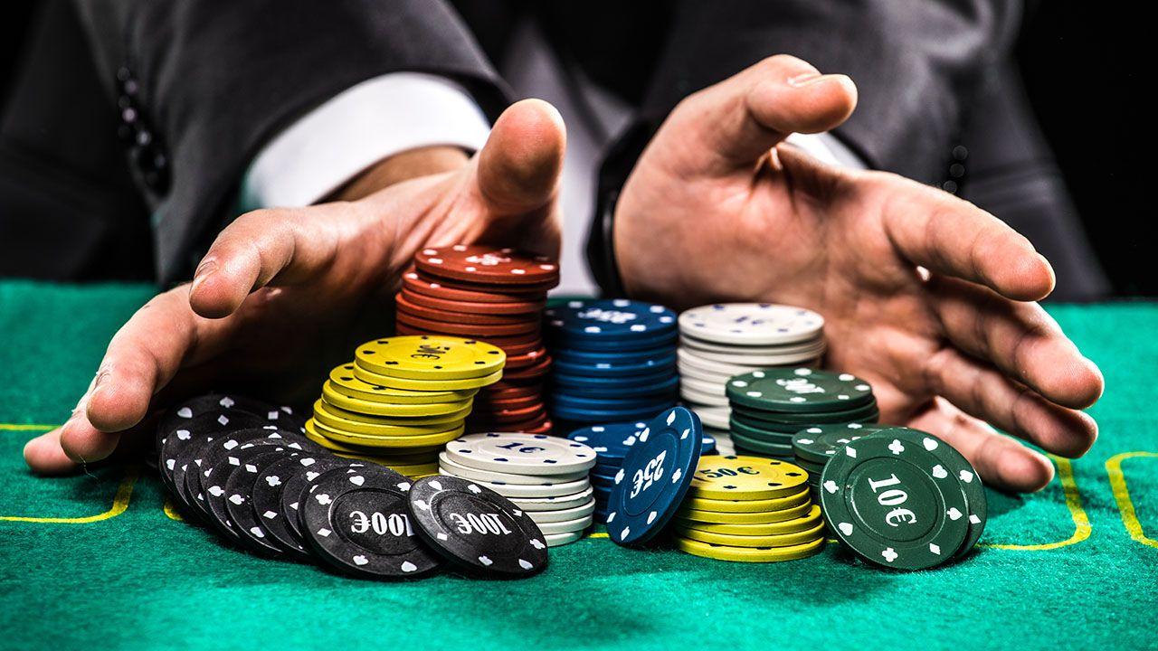 Badanie przeprowadzono pod kątem uzależnień Polaków od gier, hazardu, zakupów, pracy oraz od mediów społecznościowych, internetu i telefonów (fot. Shutterstock/F8 studio)