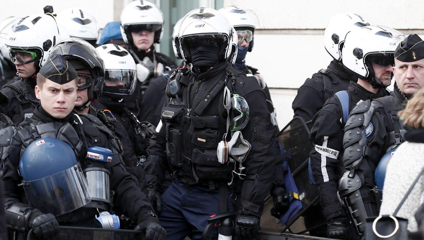 Policja nadal prowadzi interwencję na miejscu zdarzenia (fot. PAP/EPA/IAN LANGSDON)