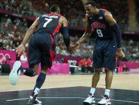 Russell Westbrook i Andre Iguodala cieszą się po udanej akcji (fot. Getty Images)