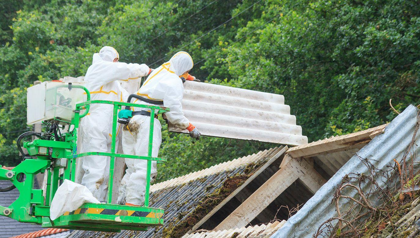Azbest był stosowany w budynkach przemysłowych i prywatnych domach (fot. Shutterstock)