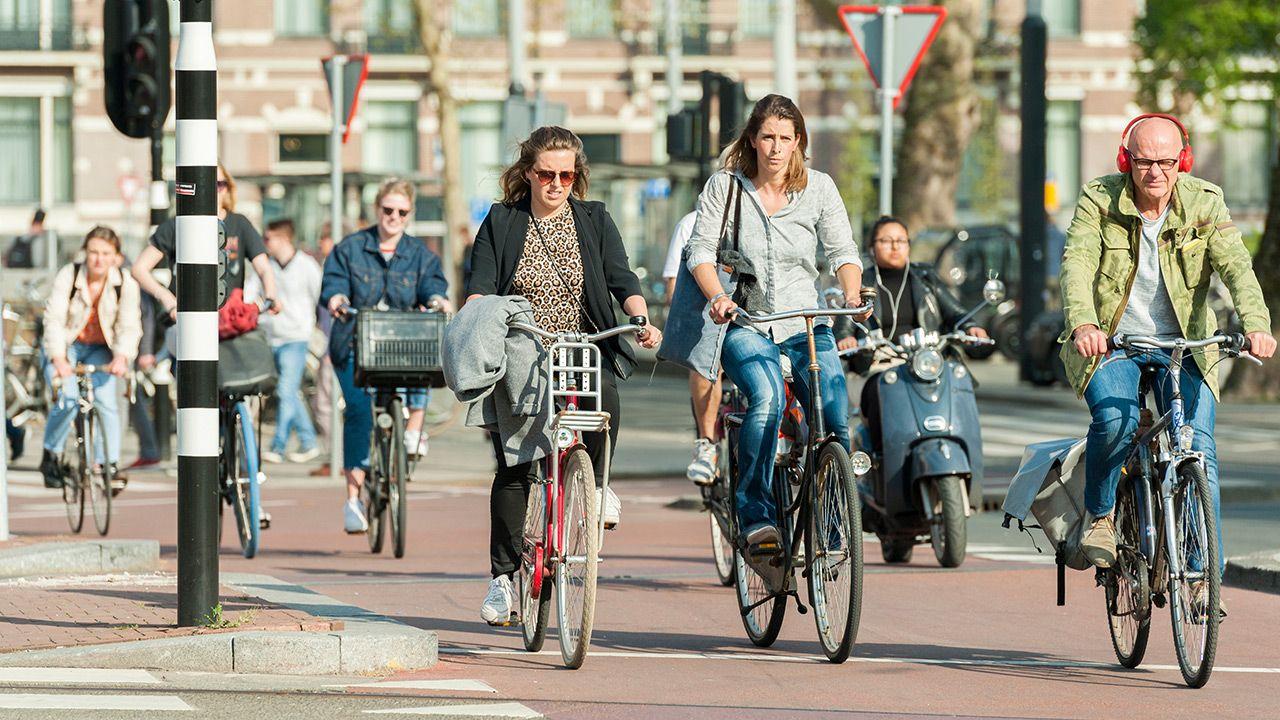 Amsterdam nie chce pijanych turystów palących marihuanę (fot. Shutterstock)
