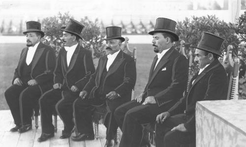 Wybory i koronacja króla polskich Cyganów na Stadionie Wojska Polskiego w Warszawie w kwietniu 1937. Na zdjęciu kandydaci do tronu m.in.: Janusz Kwiek (czwarty z lewej) i Rudolf Kwiek (trzeci z lewej). Fot. NAC/IKC